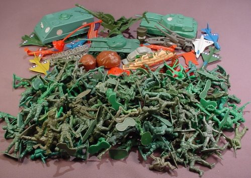 180 Piece Lot Of Plastic Green Army Men & Accessories