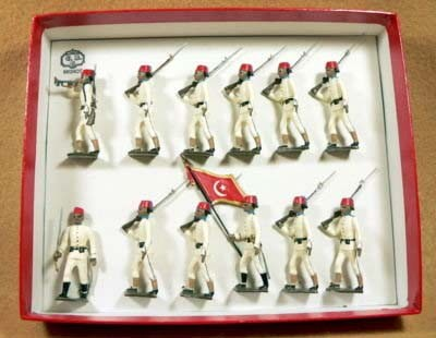 Mignot 109: Egyptian Infantry 1895 white, red fez: O, F, D, B + 8 rifles, page 92 INF12